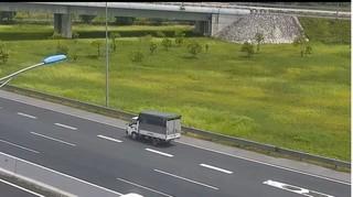 Nữ tài xế xe tải đi lùi trên cao tốc bị phạt 17 triệu đồng