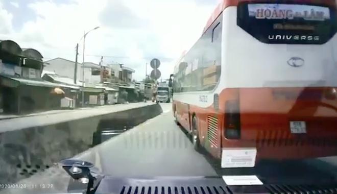 Xe khách liên tục chèn ép, quyết không nhường đường cho xe cứu thương