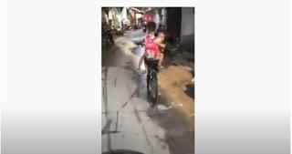 Clip: Giật mình hình ảnh bé trai lớp 3 ôm em gái đạp xe vun vút trên đường