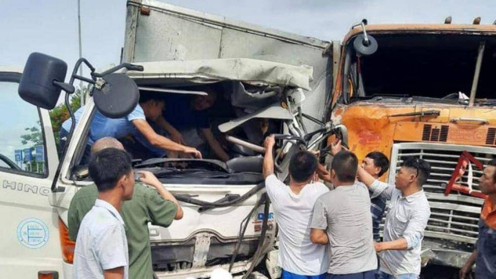 Người dân phá cabin cứu tài xế, phụ xe mắc kẹt sau tai nạn