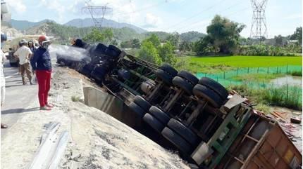Tin tức tai nạn giao thông ngày 4/7: Phá cửa cứu tài xế xe đầu kéo