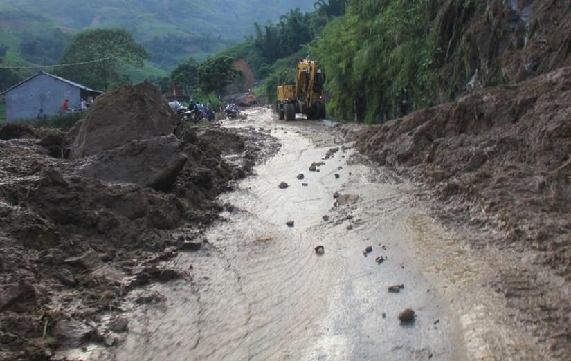 Mưa lớn khiến giao thông Lào Cai tê liệt, hồ chứa 60.000m3 bị sạt lở