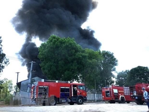 Cháy lớn tại xưởng nệm giữa khu dân cư