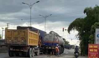 Ô tô tải mất lái, lao vào xe bồn và xe đầu kéo khi đang dừng đèn đỏ