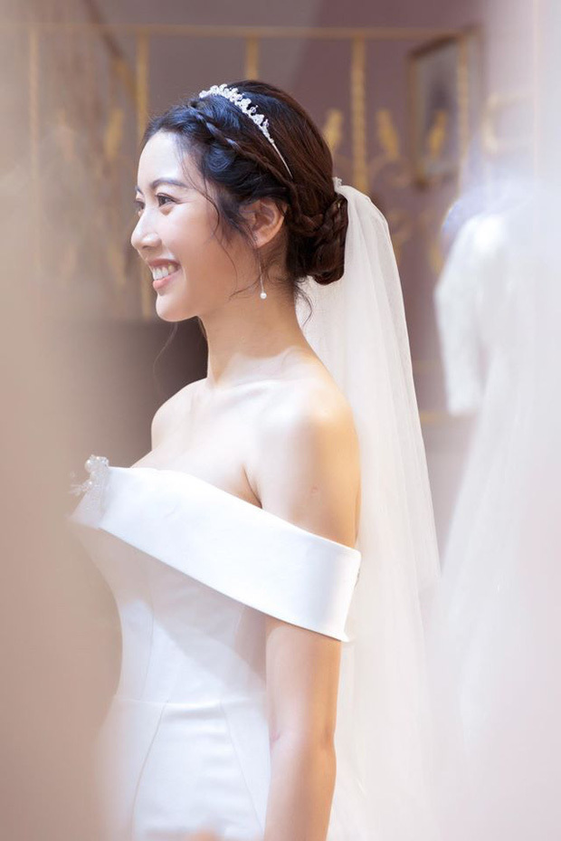 Á hậu Thúy Vân đẹp lộng lẫy trong bộ váy cưới trắng tinh khôi trước hôn lễ
