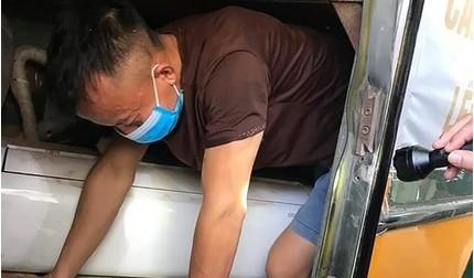 Sợ bị cách ly, 3 người chui hầm xe khách để trốn khi đi qua cửa khẩu