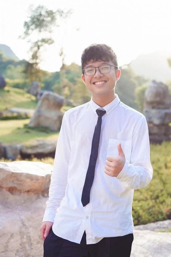 Con trai nhà Thảo Vân - Công Lý 'trổ mã', 15 tuổi đã chững chạc và vô cùng điển trai