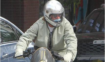 Brad Pitt khuyên mọi người nên đeo khẩu trang để phòng chống dịch Covid-19