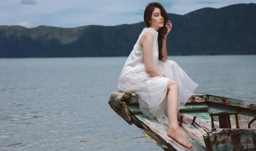 Lý Nhã Kỳ quyến rũ hút hồn trước vẻ đẹp bao la của biển