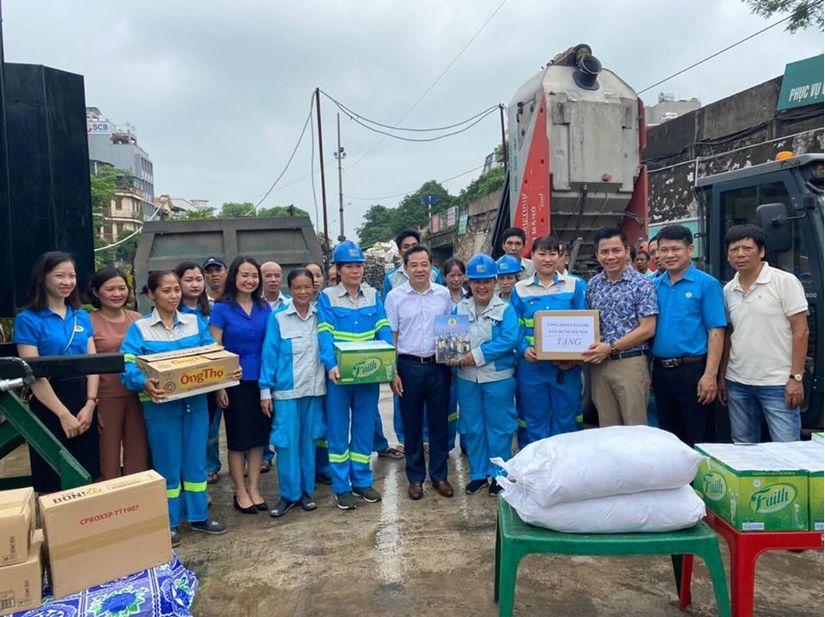 Công đoàn ngành Xây dựng Hà Nội tặng quà công nhân Urenco khi làm việc mùa nắng nóng