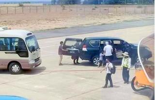 Ô tô phục vụ lãnh đạo cấp nào được vào sát cầu thang máy bay đón người?