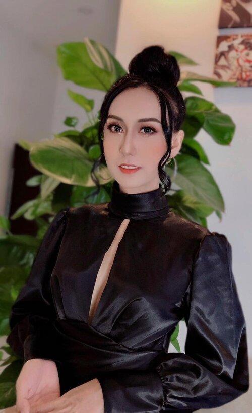 Lynk Lee tự tin diện váy xẻ ngực táo bạo, đổi style Tây quyến rũ