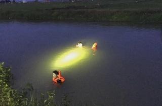 Trắng đêm tìm kiếm thi thể thanh niên tắm kênh đuối nước mất tích