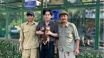 Đan Trường tặng lại 2 chú rái cá cho Thảo Cầm Viên