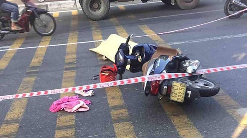 Người phụ nữ đi xe máy ngã xuống đường tử vong sau va chạm với xe tải