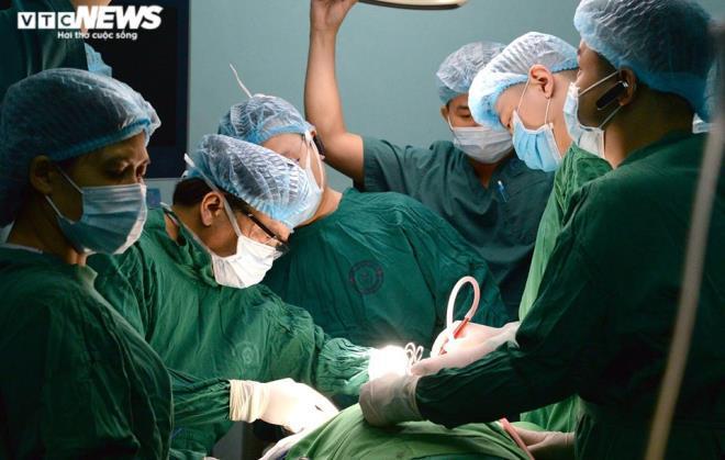 Người phụ nữ âm thầm chịu đựng khối u khổng lồ ở cổ suốt 30 năm