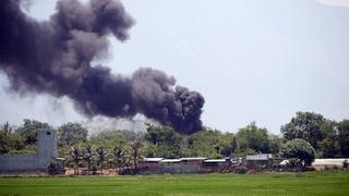 Cột khói đen cuồn cuộn bốc lên từ vụ cháy ở sân bay ở Ninh Thuận