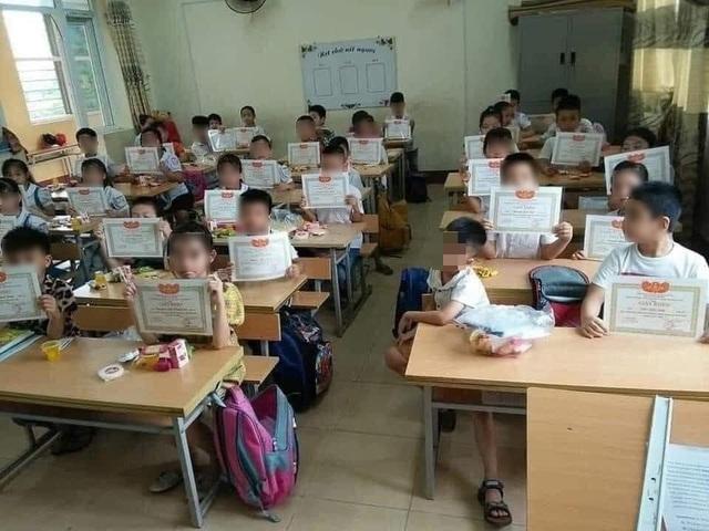 Xót xa trước bức ảnh cả lớp khoe giấy khen, một học sinh... lạc lõng