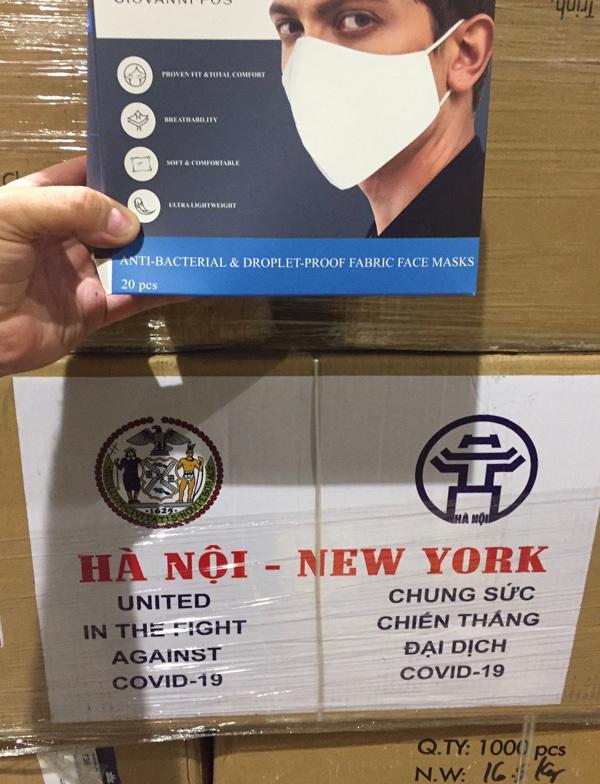 Hà Nội tặng New York hai tấn khẩu trang