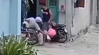 Danh tính nam 'nghịch tử' đánh đập cha mẹ già tới tấp trước cửa nhà