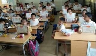 Bộ GD&ĐT lên tiếng về bức ảnh học sinh 'lẻ loi' vì không được giấy khen
