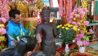 Người dân quỳ lạy bức tượng mất tay chân nhặt được dưới ruộng để 'xin ban phước'