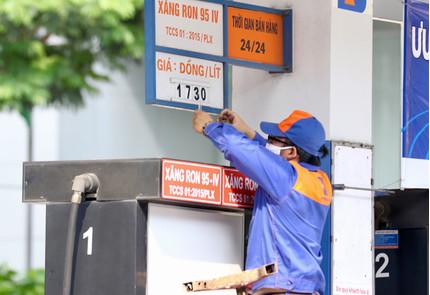 Giữ nguyên giá xăng, dầu sau 4 lần tăng liên tiếp