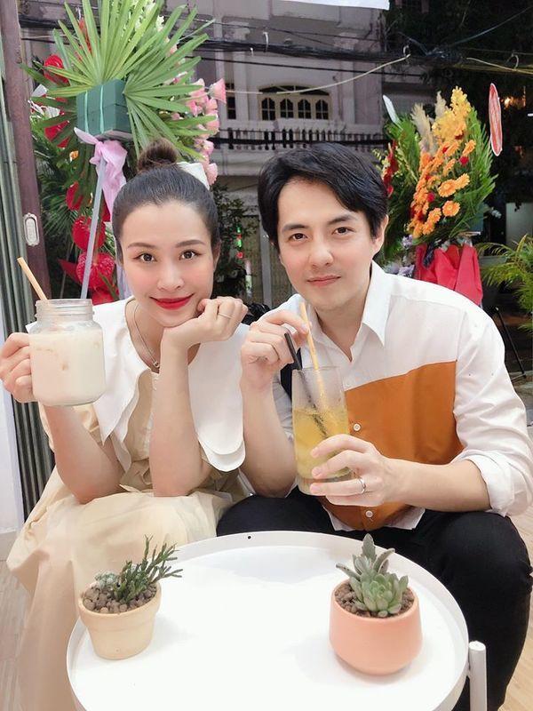 Đông Nhi giản dị, trang điểm nhẹ nhàng đi uống trà sữa cùng Ông Cao Thắng