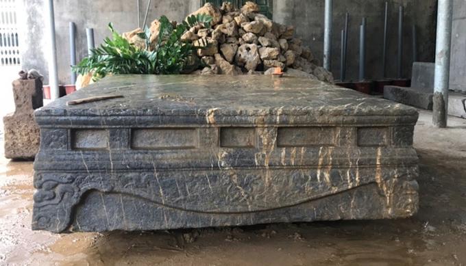 Trẻ chăn trâu phát hiện sập đá cổ dưới ruộng ngô
