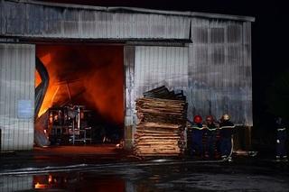 Cháy lớn tại công ty gỗ rộng hàng nghìn m2 ở Hải Phòng