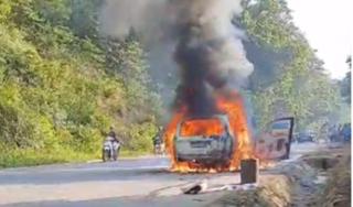 Ô tô con cháy trơ khung khi đang lưu thông trên đường