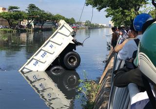 Tài xế la hét thất thanh khi xe ben lao xuống kênh