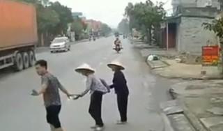 'Nức lòng' hình ảnh tài xế dừng xe dắt tay 2 cụ già qua đường