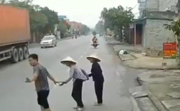 Nức lòng hình ảnh tài xế dừng xe dắt tay 2 cụ già qua đường