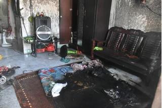 Chồng đốt nệm rồi khóa cửa phòng làm vợ con bỏng nặng