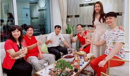 Á hậu Thúy Vân cùng gia đình hai bên quây quần họp bàn chuyện 'đại sự'