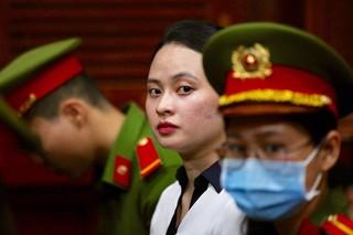 Hot girl Ngọc Miu tiếp tục hầu tòa, rưng rưng khi gặp lại người thân