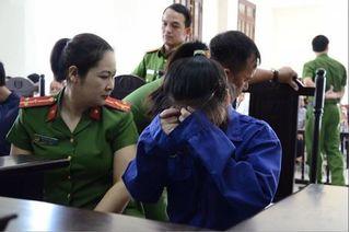 Nữ bị cáo đầu độc chị họ bằng trà sữa lấy tay che mặt khi xuất hiện tại tòa