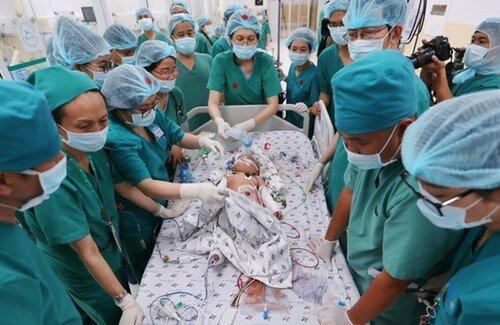 Ngày thứ 2 sau ca mổ của cặp song sinh dính liền, sức khỏe ổn định nhưng vẫn còn đau