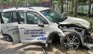 Xe Subaru bung 5 túi khí vì khách hàng lái thử tông thẳng vào gốc cây