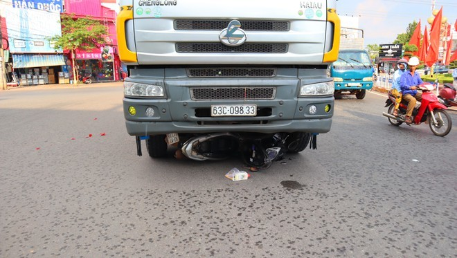 Va chạm với xe tải, 2 mẹ con bị cuốn vào gầm tử vong