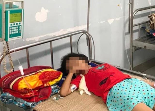 Bé gái 11 tuổi nguy kịch do uống nhầm axit mua ngoài cổng trường