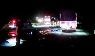 Xe máy chạy lấn làn tông trực diện xe tải, 2 thanh niên chết thảm