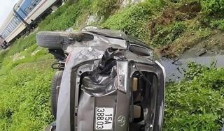 Cố vượt đường tàu, xe Innova bị đâm nằm ngửa bụng dưới ruộng