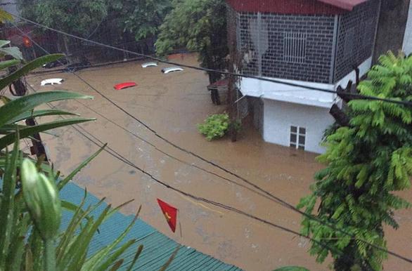Hà Giang ngập nặng, ô tô trôi bồng bềnh trong nước