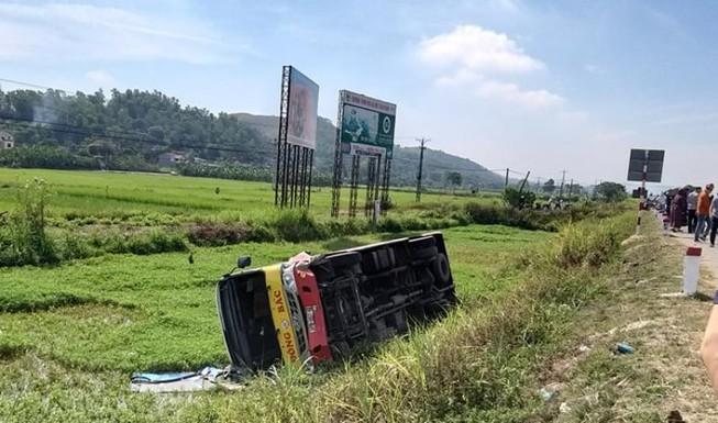 Xe buýt bẻ lái lật nghiêng xuống ruộng sau va chạm với ô tô con