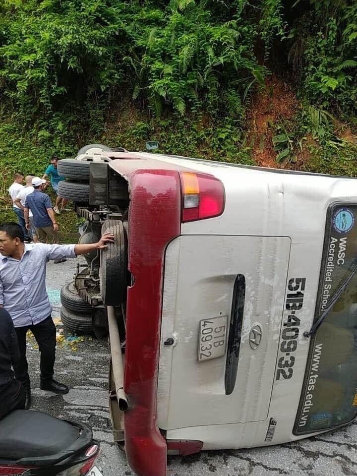 Xe khách chở 26 người lật ngửa 'phơi bụng' giữa đèo Sa Pa