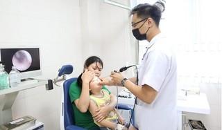 Bị mẹ nhỏ nhầm thuốc tẩy nốt ruồi vào mũi, bé trai 5 tuổi nhập viện khẩn cấp