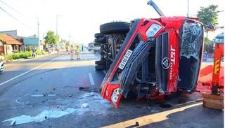 Xe tải loạng choạng rồi lật ngang đường vì tài xế ngủ gật