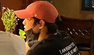 Song Joong Ki bị bắt gặp đi hẹn hò vào đúng dịp tròn 1 năm ly hôn với Song Hye Kyo